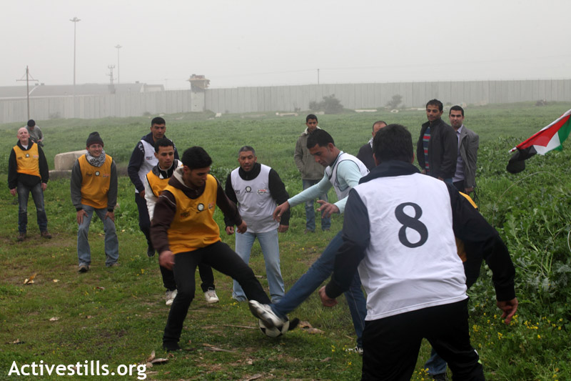 """demonstration against denial of access in the """"buffer zone"""" in front of """"erez"""", beit hanoun, 7.2.2012"""
